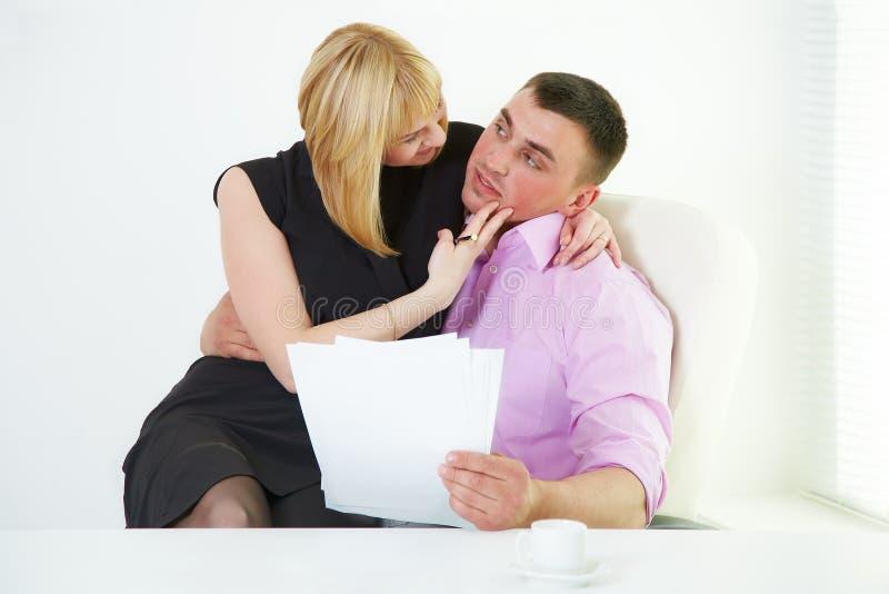 Flirt romanzesco dell'ufficio con la sporgenza e la segretaria fotografie stock