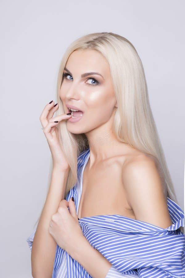 Flirtende aardige blondevrouw met blauwe ogen royalty-vrije stock fotografie