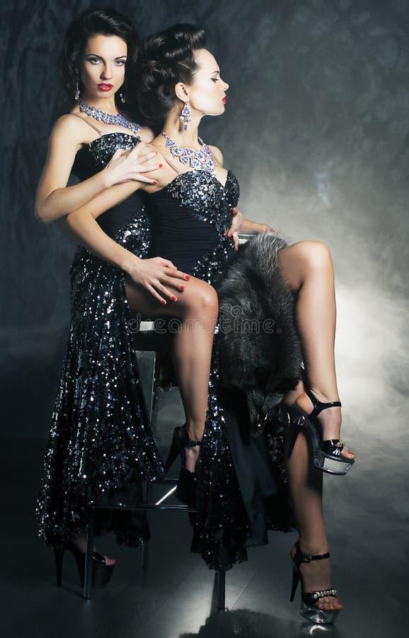 Flirtenfrauen der homosexuellen Paare in den erotischen Haltungen stockbild