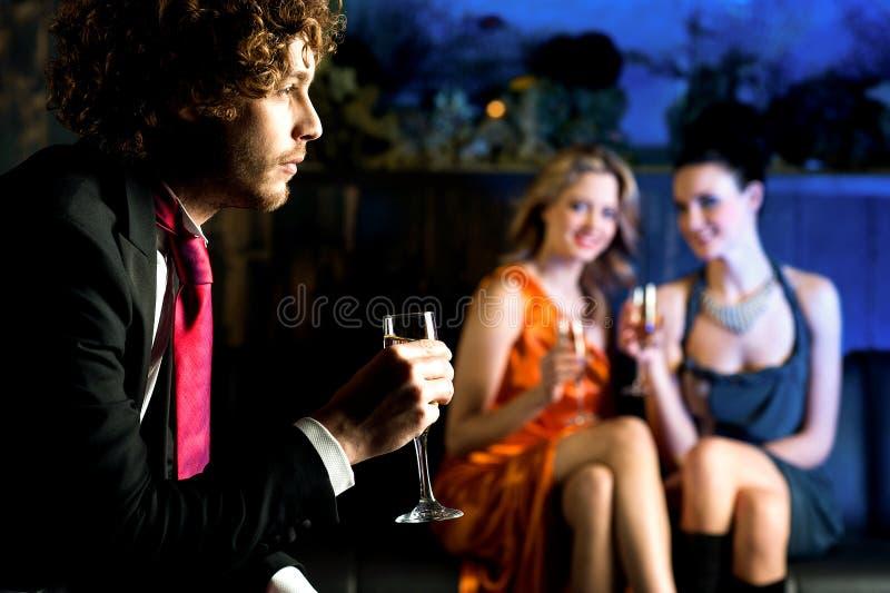 Flirterige jonge meisjes die bij knappe kerel staren royalty-vrije stock afbeelding