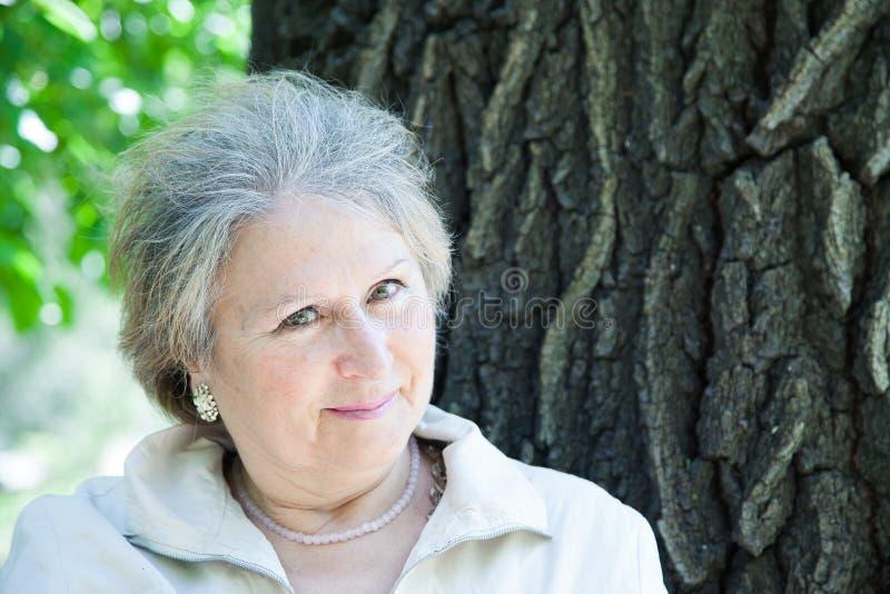 Flirting женщина постаретая старшием outdoors стоковое изображение rf