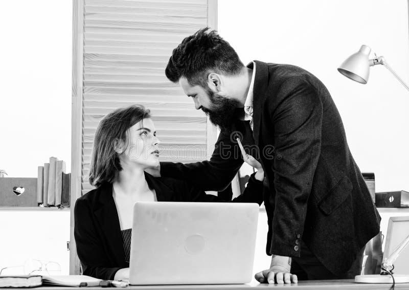 Flirting с сотрудником Женщина flirting с сотрудником парня Дама женщины привлекательная с коллегой человека Коллектив офиса стоковое изображение