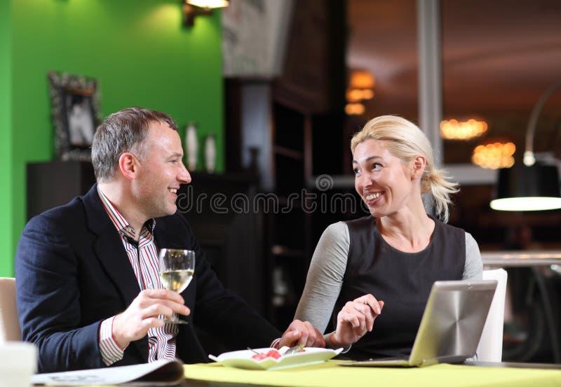 Flirtować pary w kawiarni używać cyfrową pastylkę zdjęcie royalty free