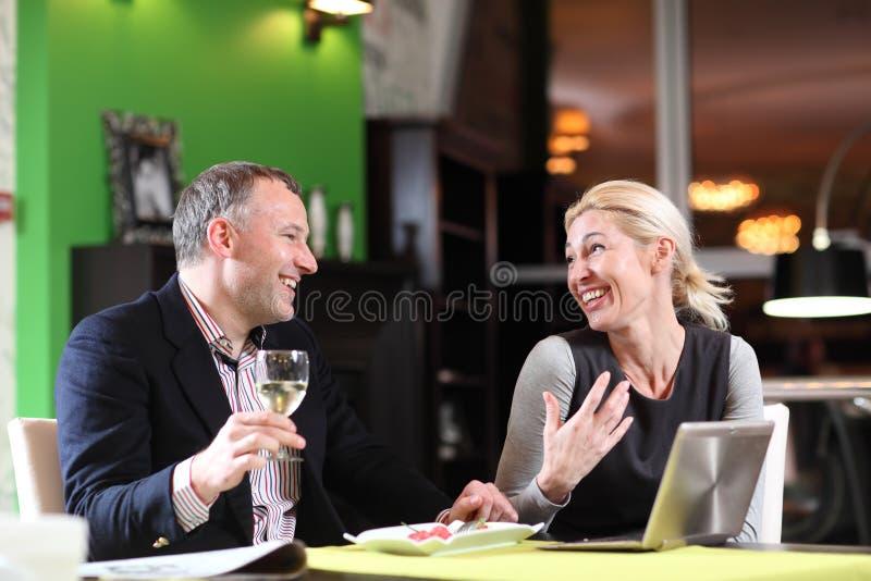 Flirtować pary w kawiarni używać cyfrową pastylkę obraz stock