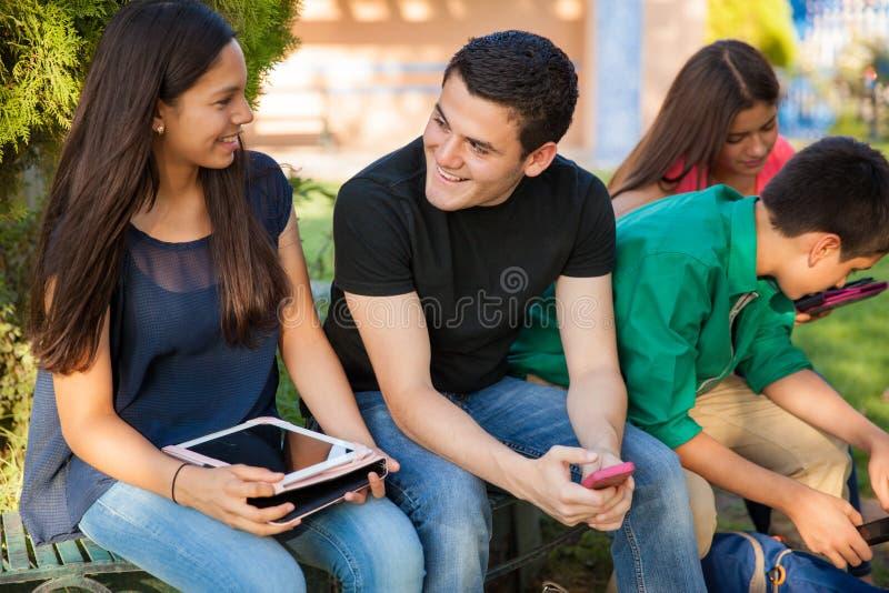 Flirtować z dziewczyną w szkole obrazy stock