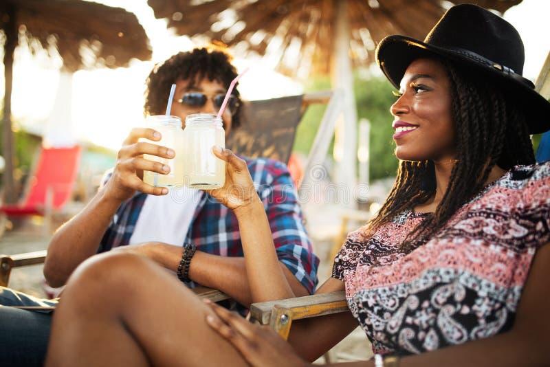 Flirtunterhaltung des Afroamerikanermannes und -frau am Stangenzähler stockbilder