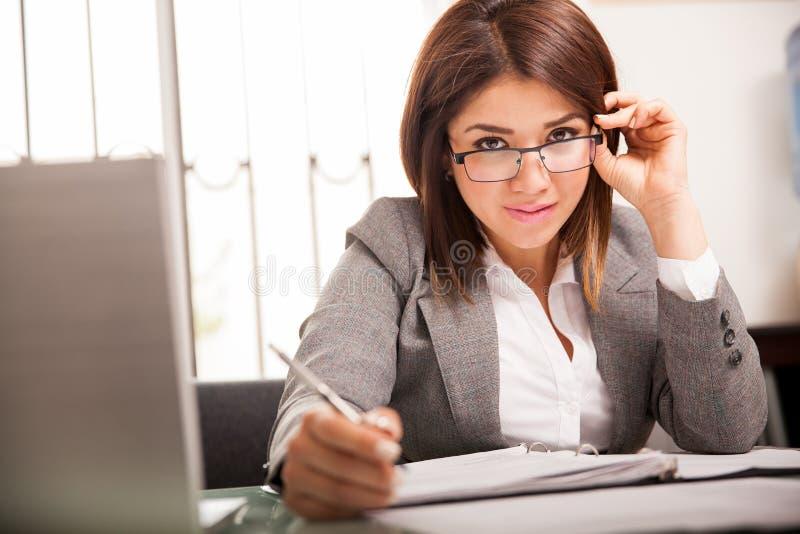Flirty бизнес-леди на работе стоковое изображение rf