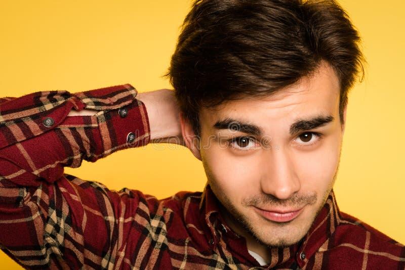 Flirty skämtsam leendesinnesrörelse för självsäker man royaltyfria foton