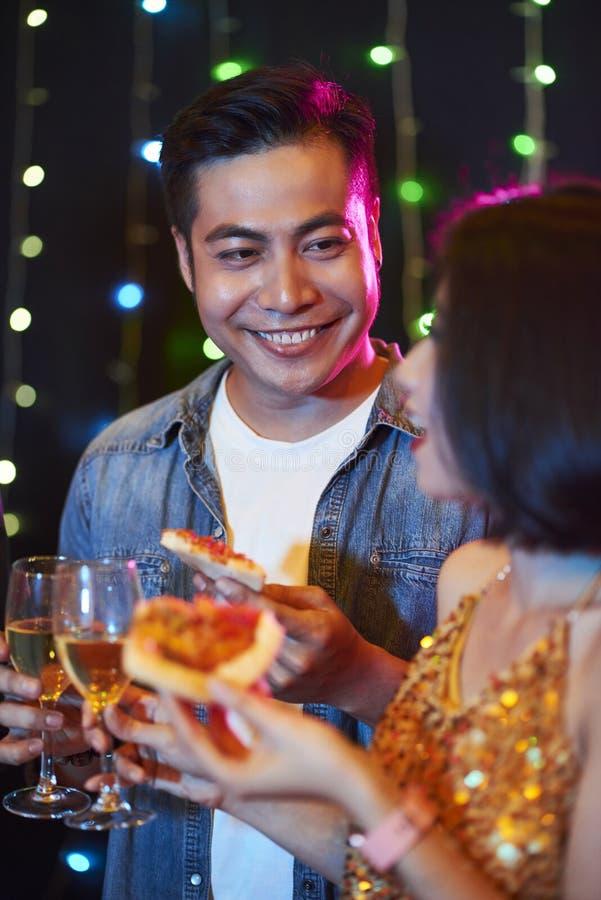 Flirtying på partiet royaltyfri fotografi