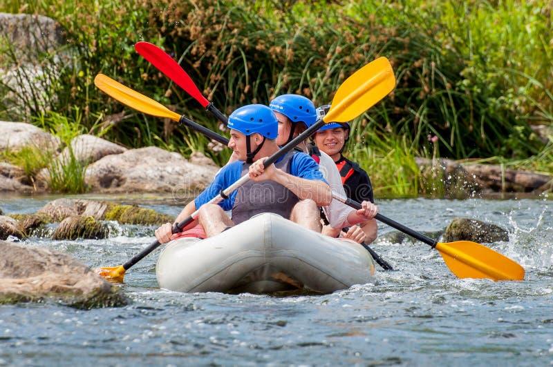 Flisactwo i kayaking Ekstremum, emocjonalna rodzina i korporacyjna spoczynkowa Ekologiczna turystyka, Praca zespołowa fotografia stock