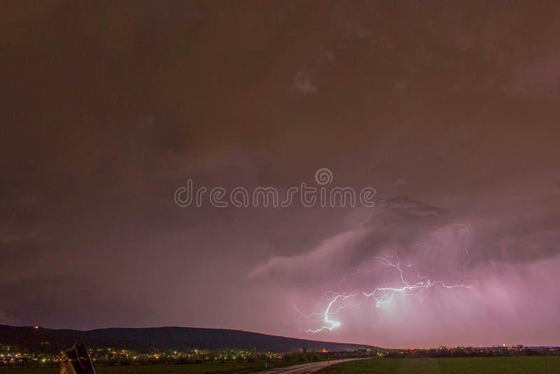 flitsen in de wolk in een onweersbui royalty-vrije stock foto's