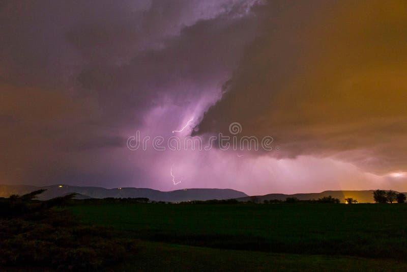 flitsen in de wolk in een onweersbui stock foto's