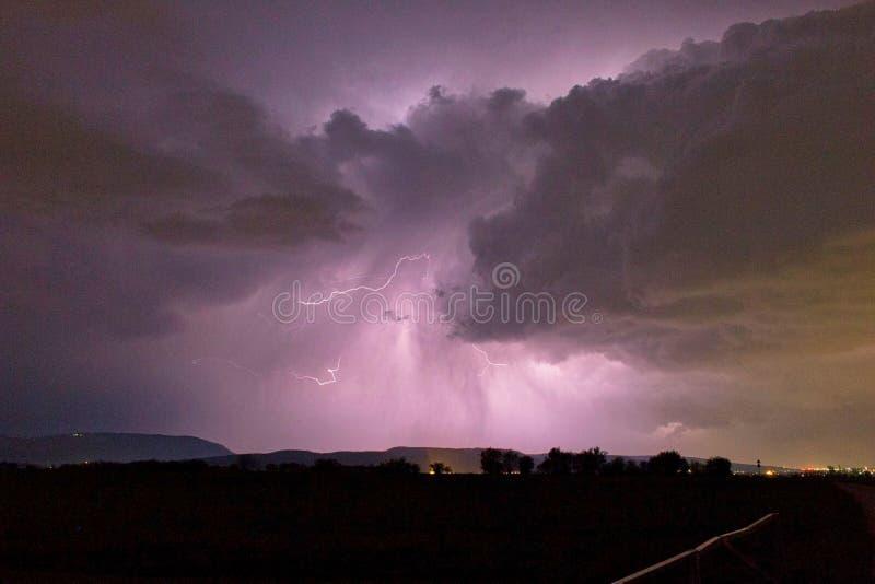 flitsen in de wolk in een onweersbui stock afbeeldingen