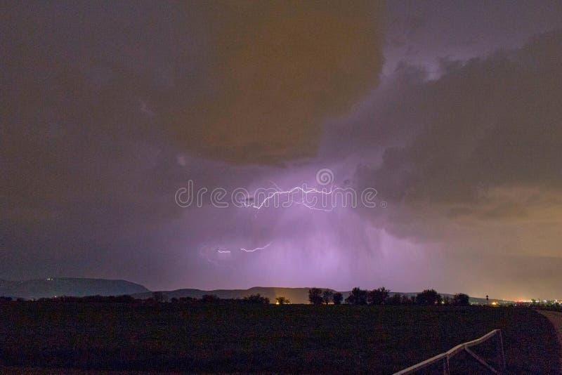 flitsen in de wolk in een onweersbui stock fotografie