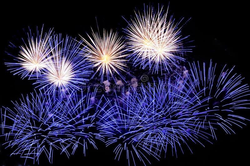 Flitsen van blauw en wit vuurwerk stock afbeeldingen