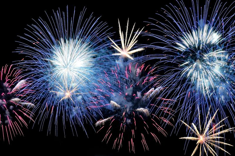 Flitsen van blauw, wit en roze vuurwerk stock afbeelding