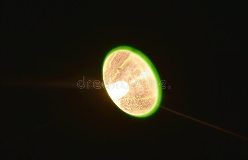 Flitslicht het uitspreiden straal in donkere nacht royalty-vrije stock afbeelding