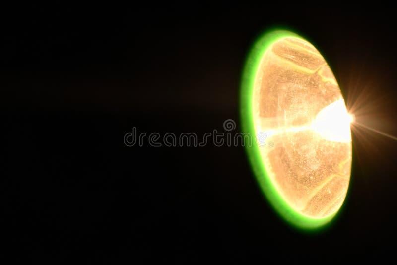 Flitslicht het uitspreiden straal in donkere nacht royalty-vrije stock foto