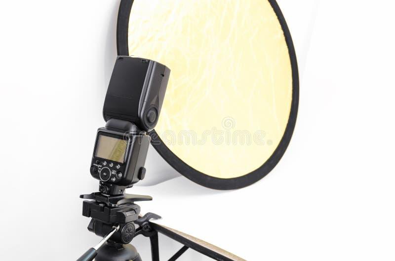 Flitslicht, toebehoren voor het schieten van foto's in de studio stock fotografie