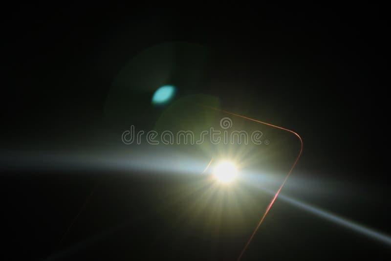 Flitslicht van mobiele telefoon in donkere nacht royalty-vrije stock afbeelding