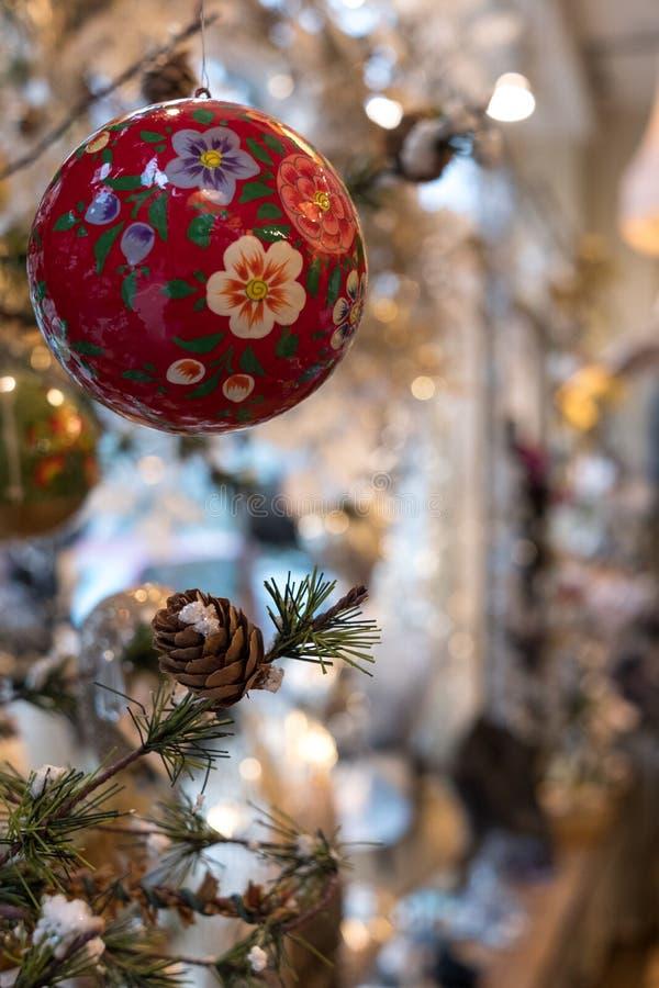 Flitter, der vom Weihnachtsbaum, fotografiert bei VV Rouleaux-Kurzwarengeschäft, Marylebone-Weg, London Großbritannien hängt stockbilder