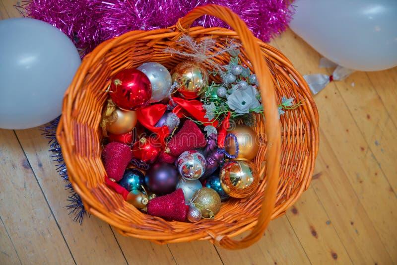 Flitter in einem blauen Glas Der geflochte Korb Ein Weihnachtsrot und -Goldkugel Goldener und roter Weihnachtsflitter Weihnachtsg stockfotos