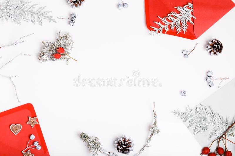 Flitter in einem blauen Glas Geschenke, Tannenbaumaste, rote Dekorationen auf weißem Hintergrund Weihnachten, Winter, neues Jahr stockbilder