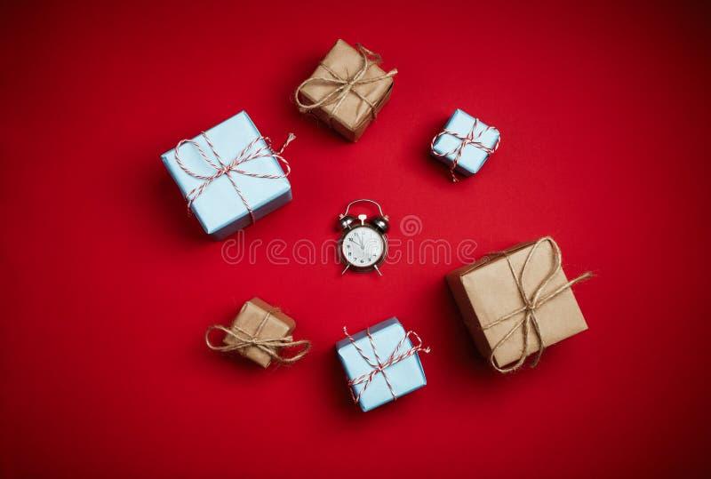 Flitter in einem blauen Glas Grußkarte für Neujahrsgeschenke und cloc lizenzfreies stockfoto