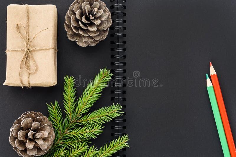 Flitter in einem blauen Glas Schwarzes Notizbuch mit Dekorationen des neuen Jahres stockbilder