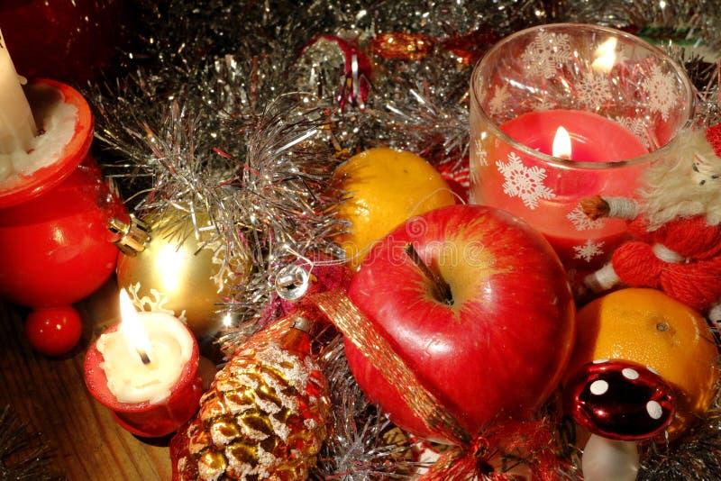 Flitter in einem blauen Glas Typische Weihnachtsdekorationseinzelteile stockbild