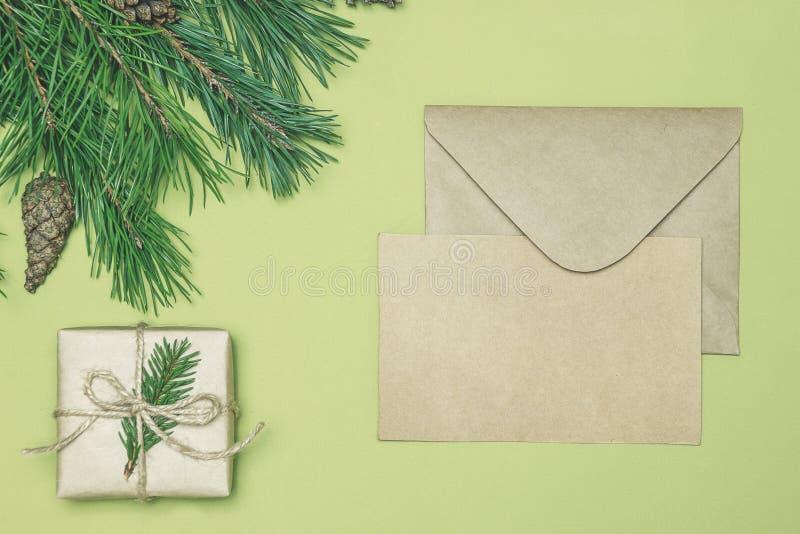 Flitter in einem blauen Glas Weihnachtsrahmen gemacht vom Nadelbaum, Tannenzweigdekorationen stockfotografie