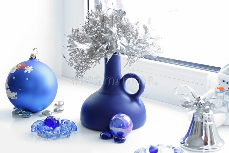 Flitter in einem blauen Glas Winter-Stimmung Ökologische, hölzerne Weihnachtsdekorationen lizenzfreie stockbilder