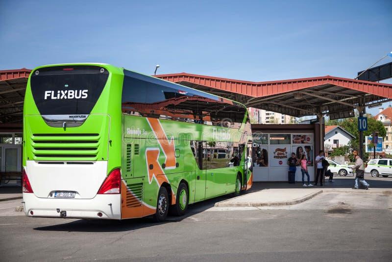 Flixbus autobusowy przygotowywający dla odjazdu w Vukovar przystanku autobusowym Flixbus jest Niemieckim gatunkiem który oferuje  zdjęcie royalty free