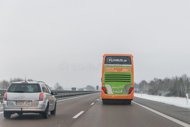 Flixbus buss och bilar på riktningen för autobahn A6 till NÃ-¼rnberg, bakterie royaltyfria foton