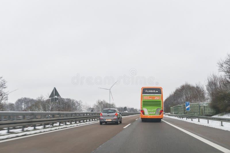 Flixbus buss och bilar på riktningen för autobahn A6 till NÃ-¼rnberg, bakterie arkivfoton