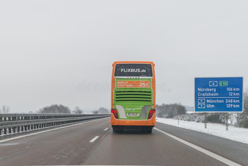 Flixbus y coches en el autobahn, Alemania foto de archivo libre de regalías