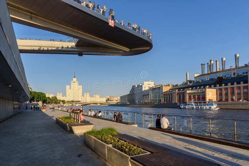 Floßbrücke im Zaryadye-Park nahe dem Moskau der Kreml, Russland stockfotos