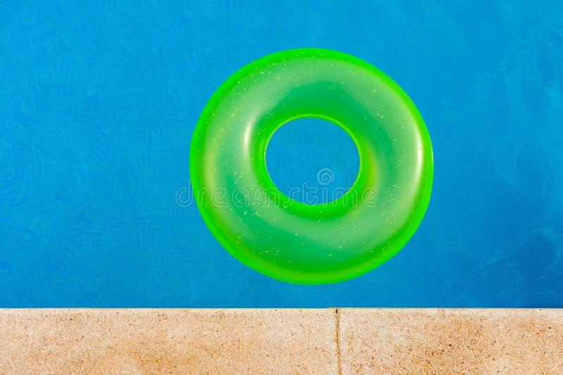 Floater på pölen fotografering för bildbyråer