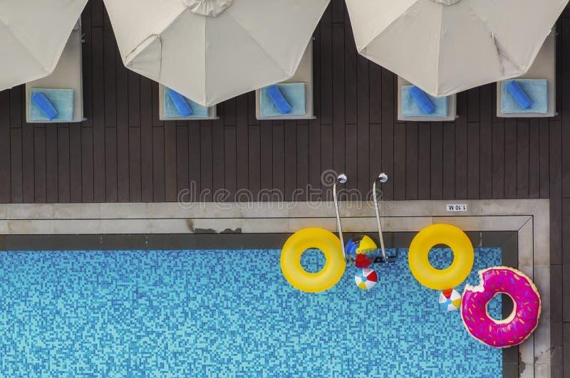Floaters i en simbassäng royaltyfria foton