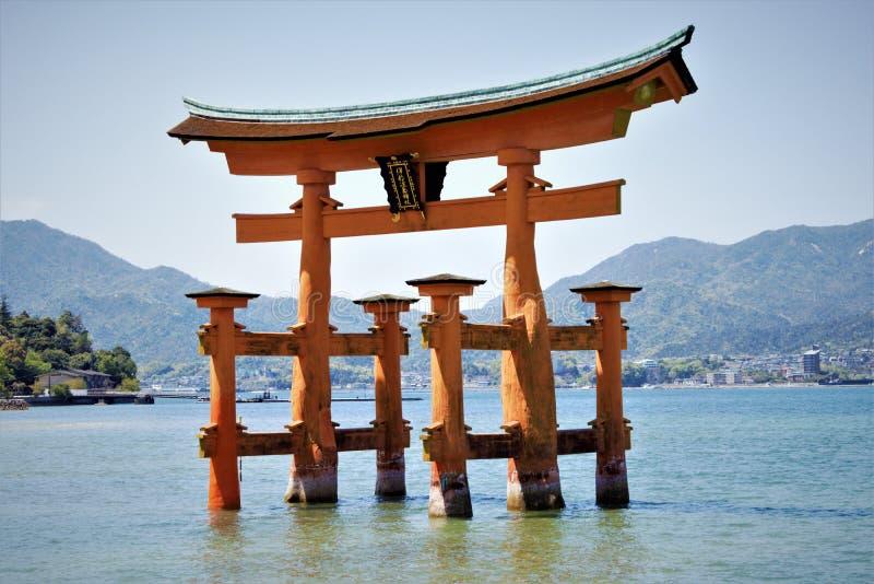 'Floating' torii van Itsukushima Shinto shrine, Miyajima, Hiroshima, Japan stock foto's