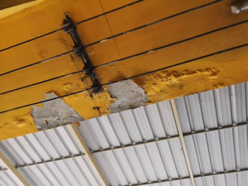Flocke weg von den gelben Farbfällen weg von der Decke lizenzfreies stockfoto