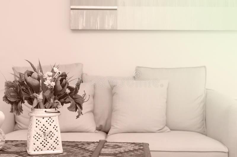 Flockenblume im Luxusinnenwohnzimmer lizenzfreie stockfotos