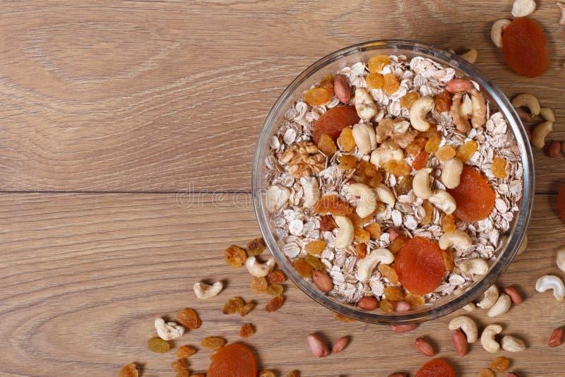 Flockengetreide mit Trockenfrüchten und Nüssen. stockbild