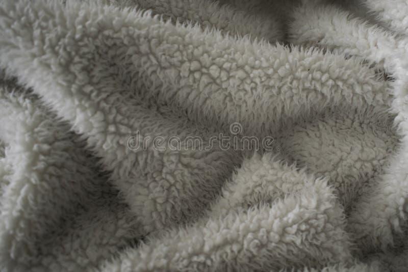 Flockige und weiche beige Decke lizenzfreie stockfotos