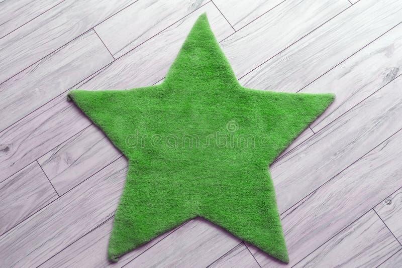 Flockiger sternförmiger grüner Teppich auf Bretterboden K?che und Frucht auf Tabelle mit Blume Flache Lage stockfotos