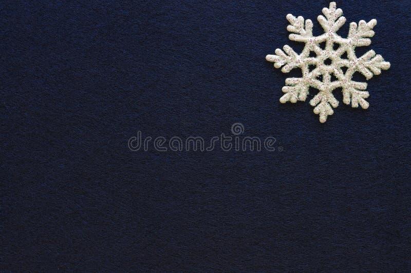 Floco de neve branco no ano novo do Natal azul da celebração do fundo imagem de stock