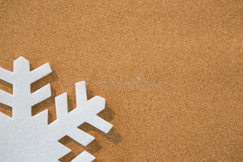 Floco de neve branco no fundo marrom imagens de stock