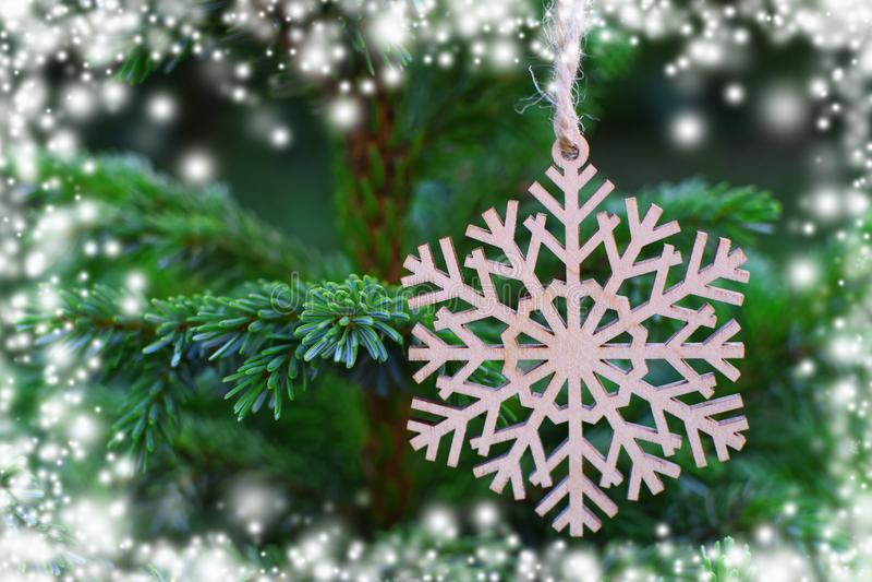 Floco de neve de madeira na árvore de Natal fotos de stock royalty free