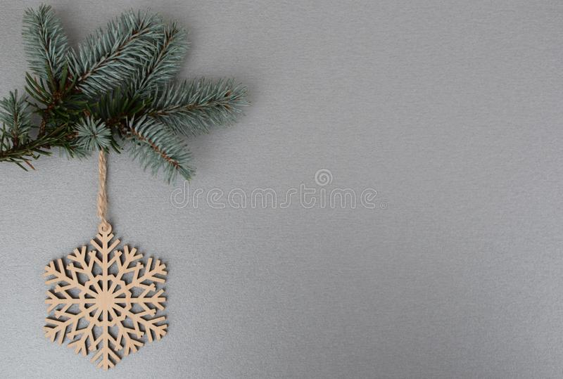Floco de neve de madeira no ramo de árvore do xmas fotos de stock