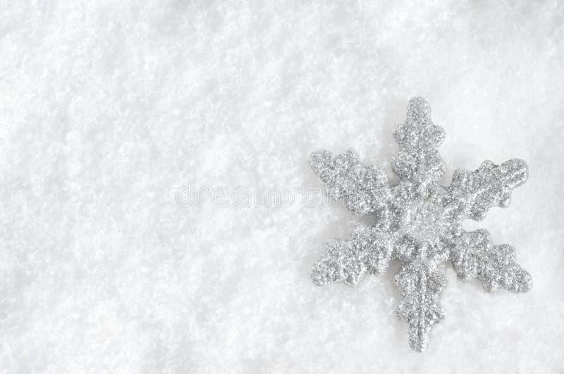 Flocon de neige de Noël sur la neige photo stock